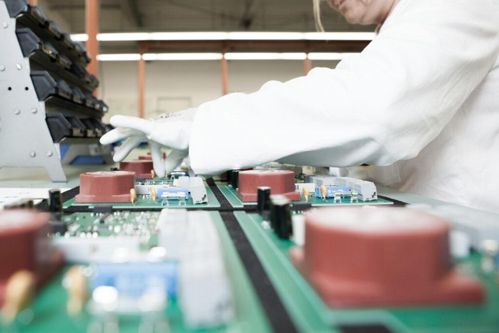 Drews Electronic Dienstleistungen Geraetemontage Geraetebau und Montage